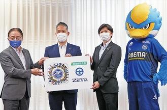 (左から)石阪丈一市長、ゼルビア・大友社長、明治安田生命・小針宏之町田支社長、ゼルビー