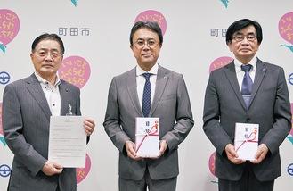 医療機関の代表者2人と石阪丈一市長(左)