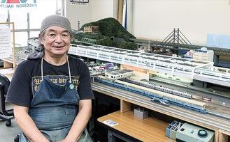 自作の鉄道ジオラマと宮澤さん