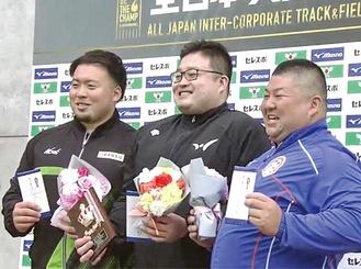 表彰台に立つ村上さん(左)