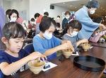 茶道を体験する児童ら
