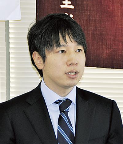 記者会見する小倉将信氏 ...