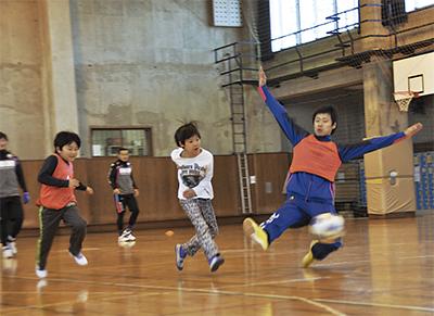 サッカーの楽しさ教える