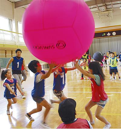 スポーツを通じて児童と交流