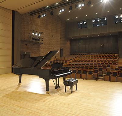 ホールでピアノ演奏