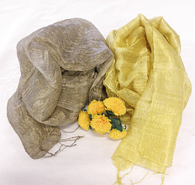 紅花で染める綿のスカーフ