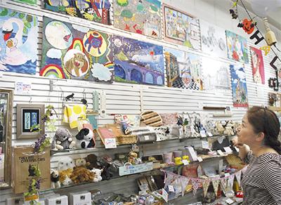 雑貨店を彩る絵画