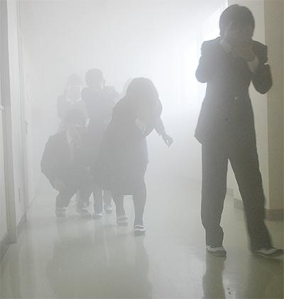校舎内で煙の怖さ体験