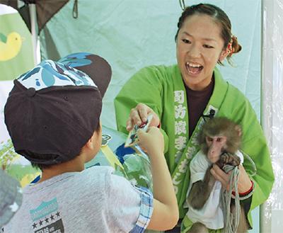 お猿さんと共に熊本復興支援
