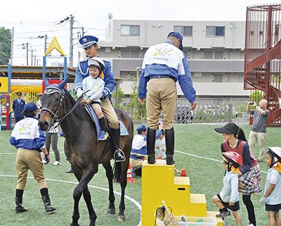園児ら騎馬隊に大騒ぎ