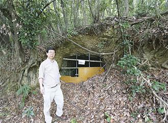 地下壕の入口に立つ十菱会長