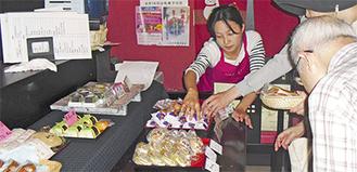 何種もの和菓子が並んだ(組合提供写真)