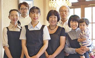 左から4番目が加津子さん、5番目が恒雄さん