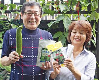 ナタマメで作ったオリジナル製品を手にする小幡さんと、妻の京子さん(63)