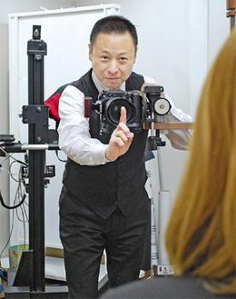 スタジオで撮影する橋本代表