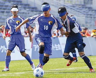 相手選手と競り合う「たまハッサーズ」の黒田選手(右)提供:日本ブラインドサッカー協会