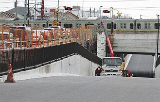 混み合う打越踏切と、建設中の立体交差
