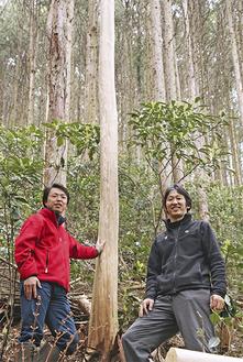 市内の山中で作業をする三木さん(右)と村上さん