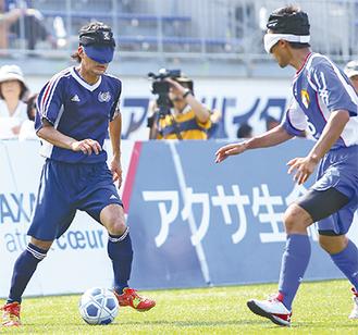 昨年の様子(左がハッサーズ選手)写真提供:NPO法人 日本ブラインドサッカー協会