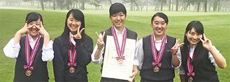 左から山口すず夏さん(1年)、稲垣那奈子さん(1年)、矢作紗香さん(3年)、石澤梨音さん(2年)、山田紗楽さん(1年)