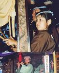 山車に乗る幼い頃の香川さん(上)/2013年の香川さん(下)*いずれも八王子まつりにて