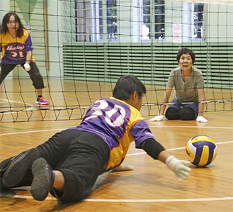 ローリングバレーボールとは…通常のバレーボールとは異なり、ネットの下にボールをくぐらせるて3打以内に敵陣にボールを返す競技。膝付き姿勢の前衛と、立ってプレーする後衛がおり、6人制で健常者は2人までとなっている。車椅子でも参加できる。