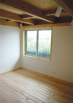 無垢の床による2階の一室