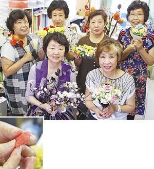 「パンの花」を持つ教室の講師と生徒。手前が講師の小俣京子さん(左)と内藤さん【上写真】/「花びら」を作る様子【左】