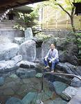 「一番好きな場所」という露天風呂に座る小嶋さん