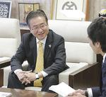 「100周年」について語る石森市長(左)