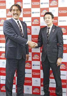 石橋新HC(210cm)=左=と和田代表(188cm)