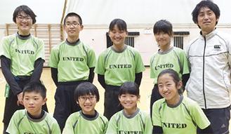 笑顔を見せるベアーズメンバー(後方右が石田監督、前方右が小松さん)
