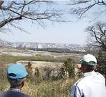 公園(本丸址)から多摩川を見下ろす。遠くには西武のドームが。
