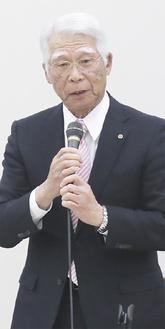 設立総会であいさつする田辺会長