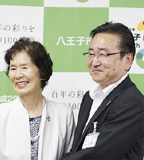 石森市長と「Dr.肥沼の偉業を後世に伝える会」の塚本回子代表