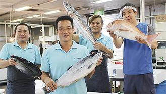 「祭り」ではお茶目な魚市場の男たちが出迎えてくれる