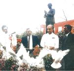同寺を訪れた元大統領(右端)ら
