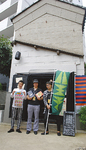 事務所でもある「蔵」の前に立つカフスの3人。中央が代表の森崎さん