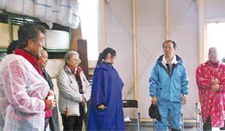 中止を知らずに来る人のため、スタッフに指示を出す磯沼さん(左)