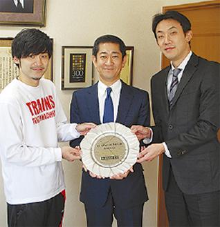 左から大金選手、吉野社長、和田代表