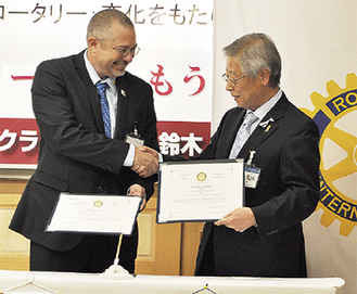 グレッグ氏(左)と鈴木会長