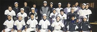 同部ナイン。後方、左から4人目が小宮山さん