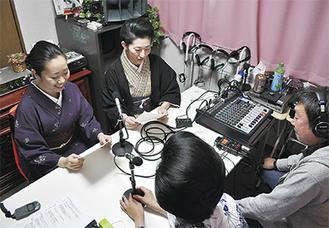 収録にのぞむ芸者のあやめさん(左から2人目)と成華さん(左)