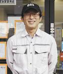 片倉駅前で不動産屋を開く筒井さん。「仁人とは親子のようなもの」と笑顔をみせる