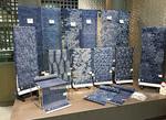 荒井呉服店に展示された野口さんによる藍染の反物