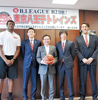 左からジョエル・ジェームス選手、和田代表、石森市長、亀崎光博キャプテン、石橋貴俊ヘッドコーチ=人物風土記で紹介