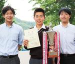 関東予選優勝で得た賞状とトロフィーを手にする(左が望月先生、右が伊東先生)