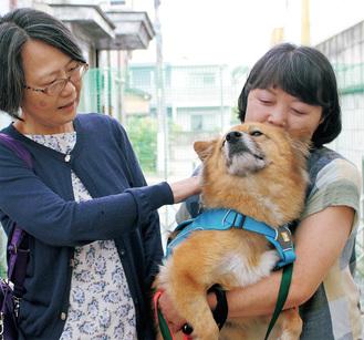 保護犬を見守る新見さん(右)と広江さん