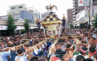 重さおよそ4t、関東でも有数の大きさを誇る千貫神輿