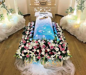 棺の上の映像が動く一例。周囲の竹を模した装飾もプロジェクションでまたたく。故人が好きだった乗り物を投影するなどの工夫も。サンプル映像は1日葬の基本料に含まれる